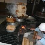 薪で餅米を蒸して、木の臼と杵で餅つきをしました!