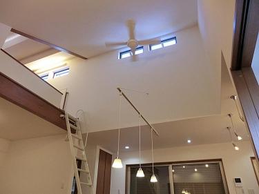 吹き抜けには天井扇と高窓を